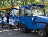 Det blå tåget tuffade runt med massor av glada familjer